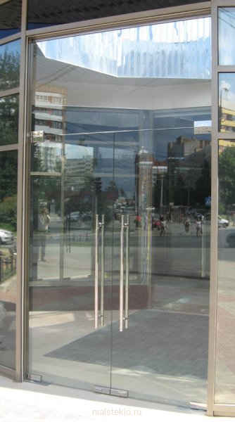 Двустворчатая цельностеклянная дверь с верхним экраном