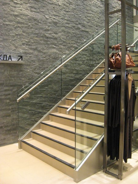 Стеклянное ограждение лестницы