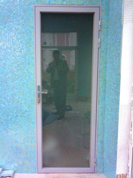 Дверь в алюминиевой коробке, закаленное матовое стекло в алюминиевом обрамлении