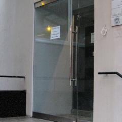Стеклянная дверь с боковым неподвижным экраном шириной 1400 мм