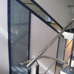 Лестничные ограждения и стеклянные панели на стенах