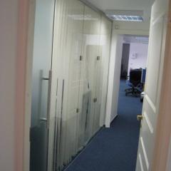 Офисная перегородка, жалюзи и дверь, матовое стекло