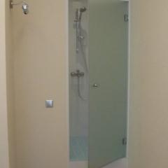 Дверь из закаленного стекла в душевую